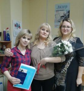 Выпускницы курса с преподавателем
