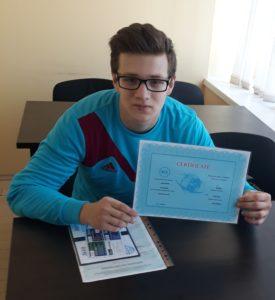 Вручение документов выпускнику курса