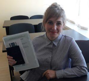 Вручение документов выпускнице курса