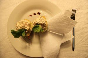 Салат в груше. Ингредиенты: маринованная курица, сыр, ветчина, груша, майонез