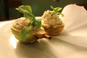 salat-v-grushe-ingredientyi-marinovannaya-kuritsa-syir-vetchina-grusha-mayonez