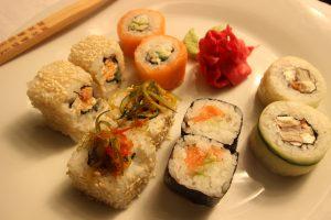 Суши «Филадельфия» и другие. Ингредиенты: рис, красная рыба, листы нори, рисовый уксус, соевый соус, васаби, имбирь