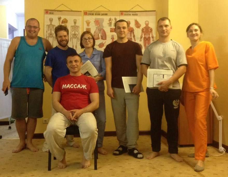Группа с преподавателем по курсу массажа