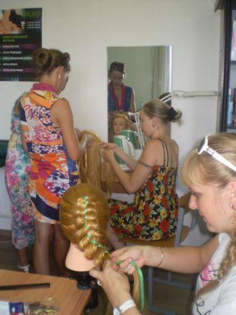 Курсы парикмахеров в Мозыре: плетение кос на болванке