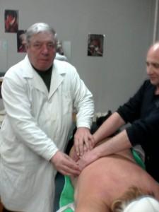 Курсы массажа в Гродно: преподаватель помогает поставить руки