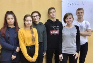 Дети с преподавателем по чешскому языку