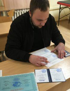 Вручение документов выпускникам курса